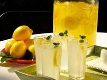 piti-vodu-sa-limunovim-sokom